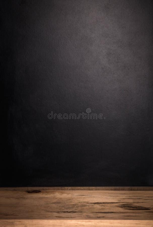 Деревянный стол и темная предпосылка Ретро фоны для вашего дизайна Полка продукта стоковые фото