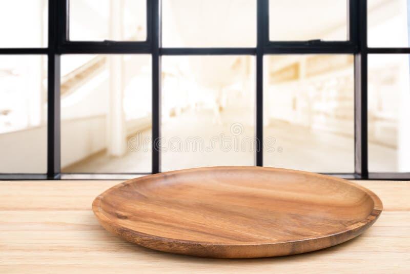 Деревянный стол перспективы и деревянный поднос на верхней части над предпосылкой кофейни нерезкости, могут быть используемое нас стоковые фотографии rf