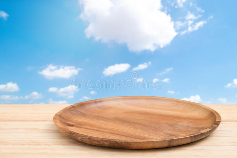 Деревянный стол перспективы на верхней части над предпосылкой неба нерезкости, может быть стоковое фото rf