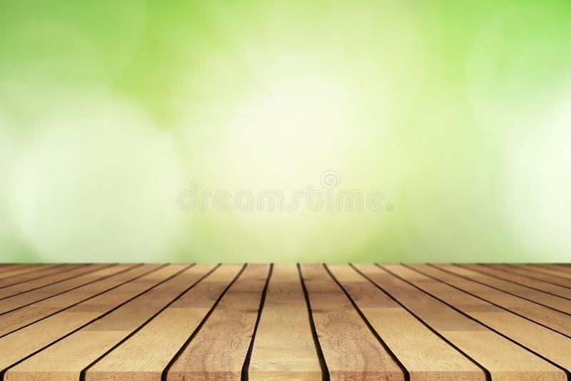 Деревянный стол перспективы на верхней части над предпосылкой нерезкости естественной, ca стоковые фотографии rf