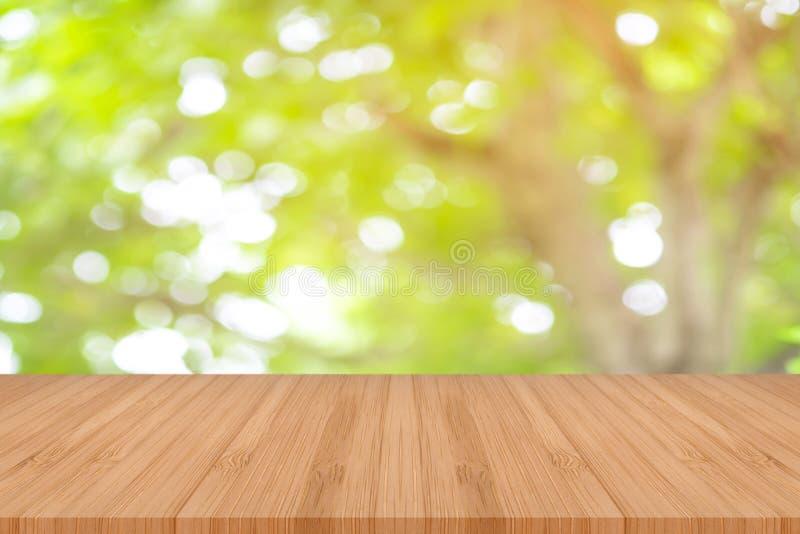 Деревянный стол перспективы на верхней части над предпосылкой нерезкости естественной, может быть используемой насмешкой вверх дл стоковые изображения rf
