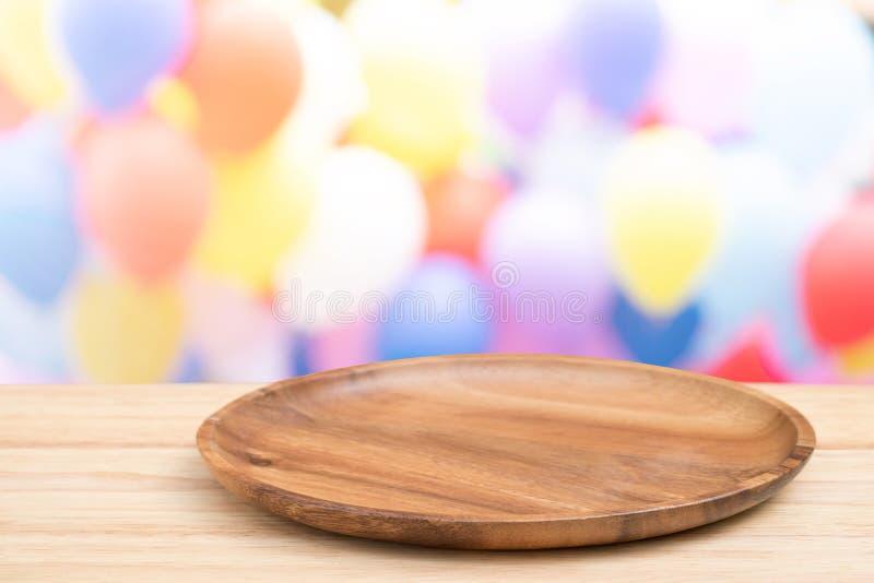 Деревянный стол перспективы на верхней части над balloonbackground нерезкости, может быть используемое насмешливым вверх для дисп стоковое фото