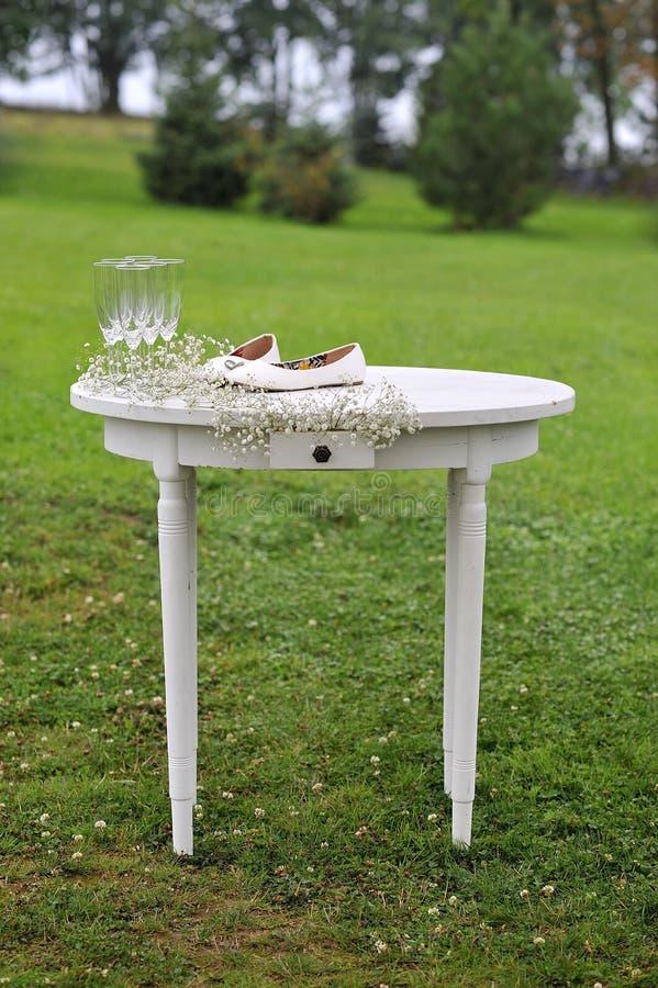 Деревянный стол свадьбы деревенский стоковые изображения rf