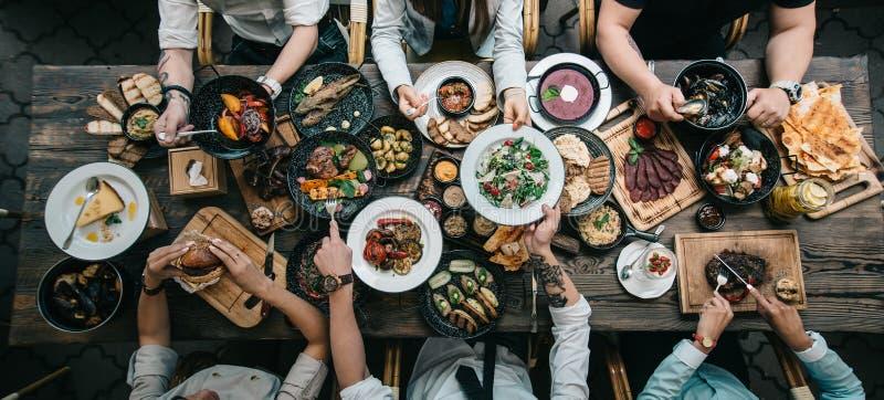 Деревянный стол с едой, взгляд сверху стоковое изображение