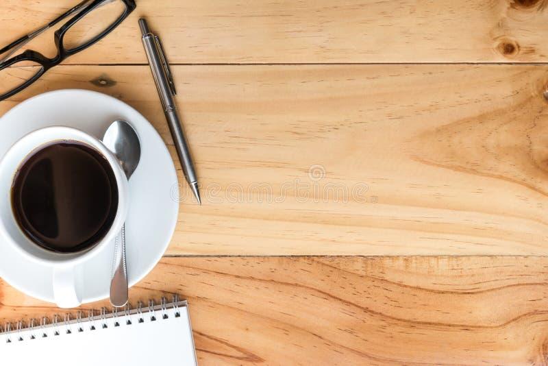 Деревянный стол с кофе и поставками Взгляд сверху с космосом экземпляра, плоским положением стоковые изображения