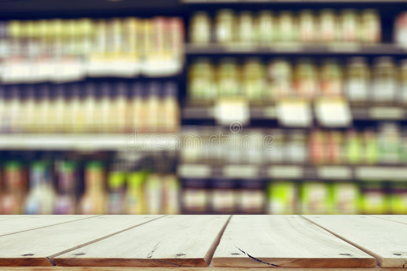 Деревянный стол и на супермаркете blured предпосылкой стоковое изображение