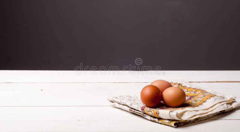 Деревянный стол и скатерть стоковое изображение rf