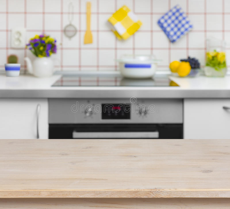 Деревянный стол на запачканной предпосылке стенда кухни стоковое фото