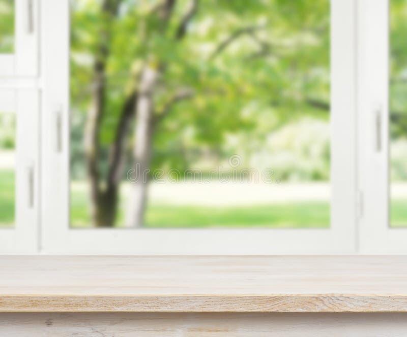 Деревянный стол над предпосылкой окна лета стоковое фото