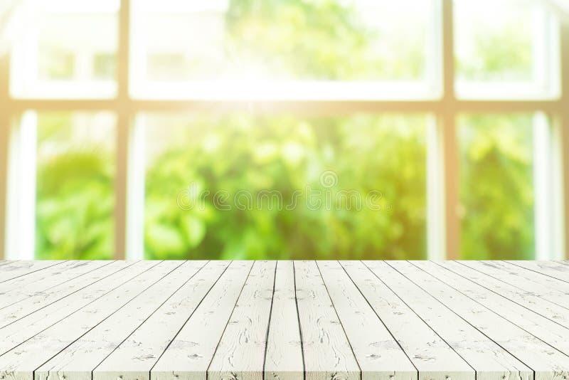 Деревянный стол перспективы на верхней части над взглядом предпосылки нерезкости от t стоковые изображения