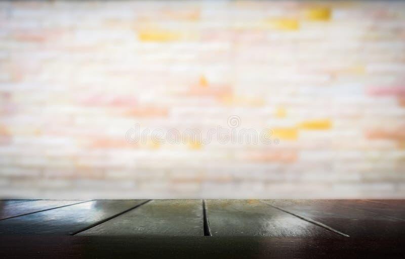 Download Деревянный стол с запачканный стены цемента Стоковое Изображение - изображение насчитывающей дисплей, черный: 81813377