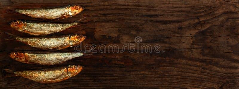 Деревянный стол шпротин сельдей копченый стоковые изображения