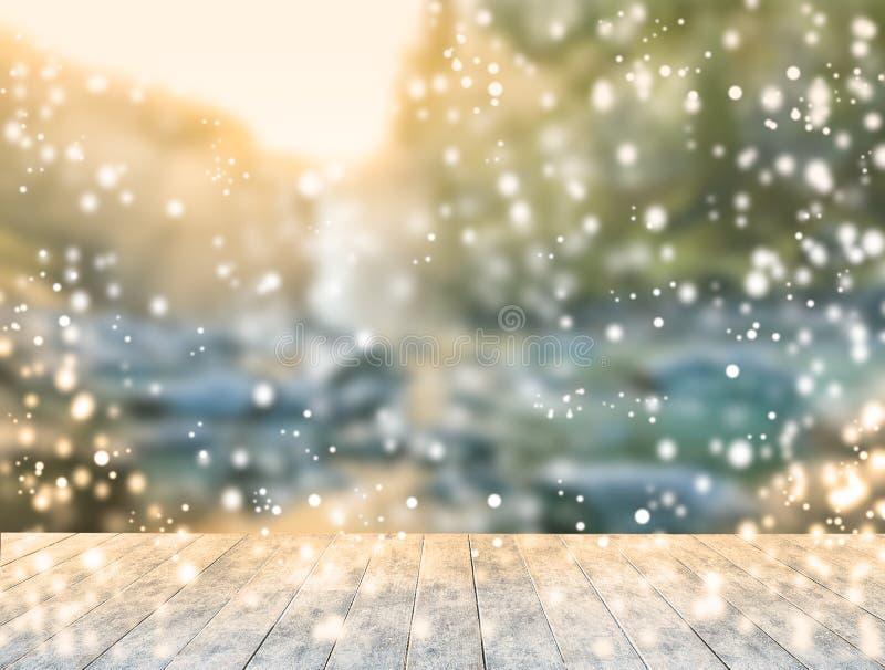 Деревянный стол льда с предпосылкой сценарного взгляда падения воды когда заход солнца стоковая фотография rf