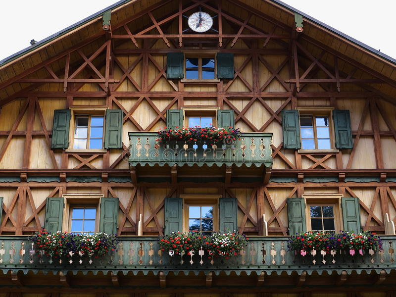 Деревянный стран-стиль фасада дома стоковая фотография