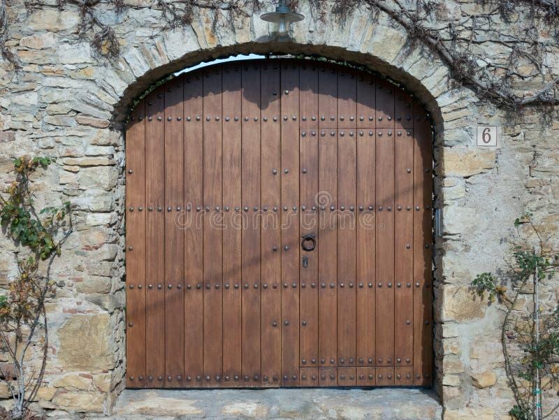 Деревянный строб с knocker двери стоковые изображения
