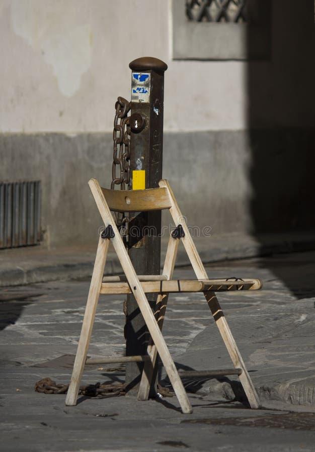 деревянный стул в улице стоковые изображения rf