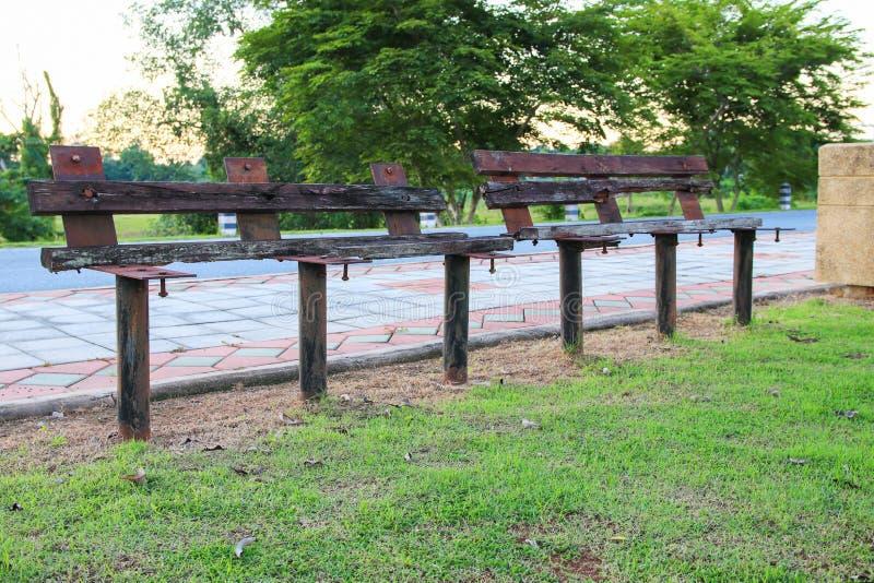 Деревянный стул старый в общественном парке стоковое изображение