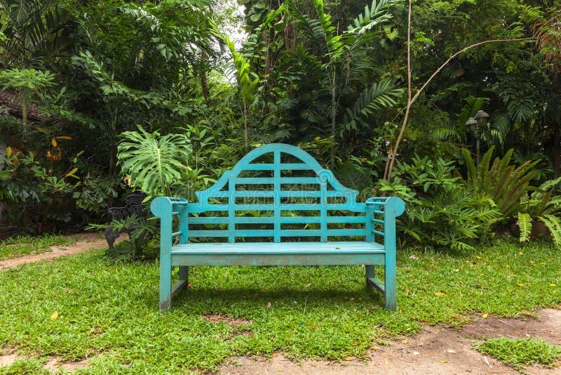 Деревянный стул в парке сада стоковая фотография rf