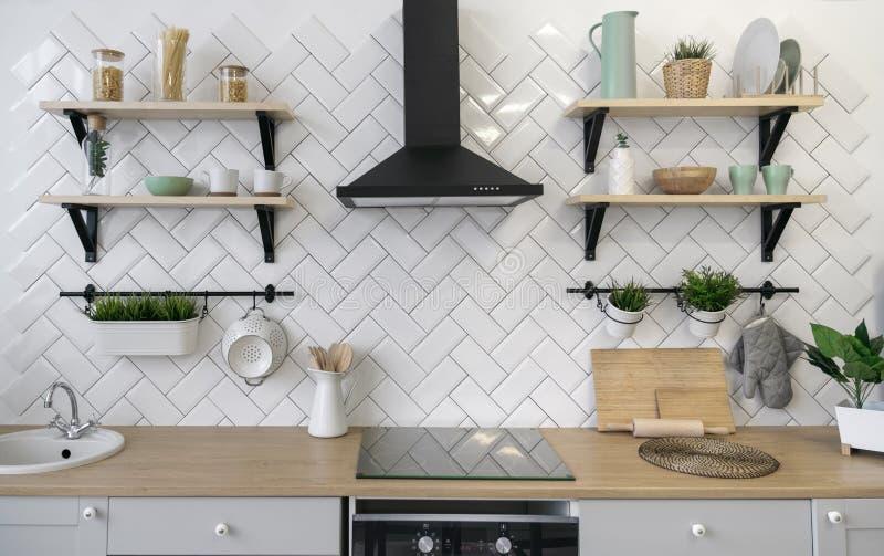 Деревянный счетчик кухни с деревянными полками стоковые изображения rf
