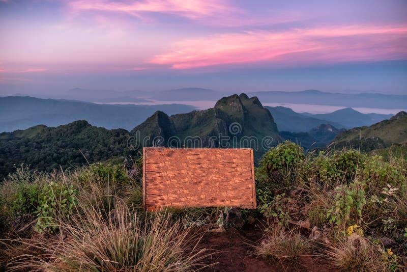 Деревянный текст шильдика национального парка Doi Luang Chiang Dao стоковое фото rf