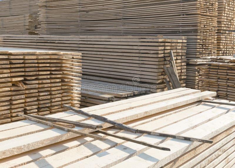 Деревянный тимберс в лесопилке стоковая фотография