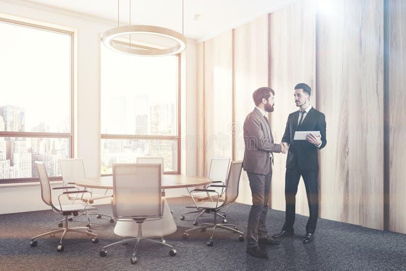 Деревянный угол конференц-зала с круглым столом, людьми стоковое изображение rf