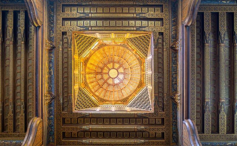 Деревянный украшенный купол посредничая богато украшенный потолок с украшениями цветочного узора на мавзолее Ghuri al, Каире, Еги стоковое изображение rf
