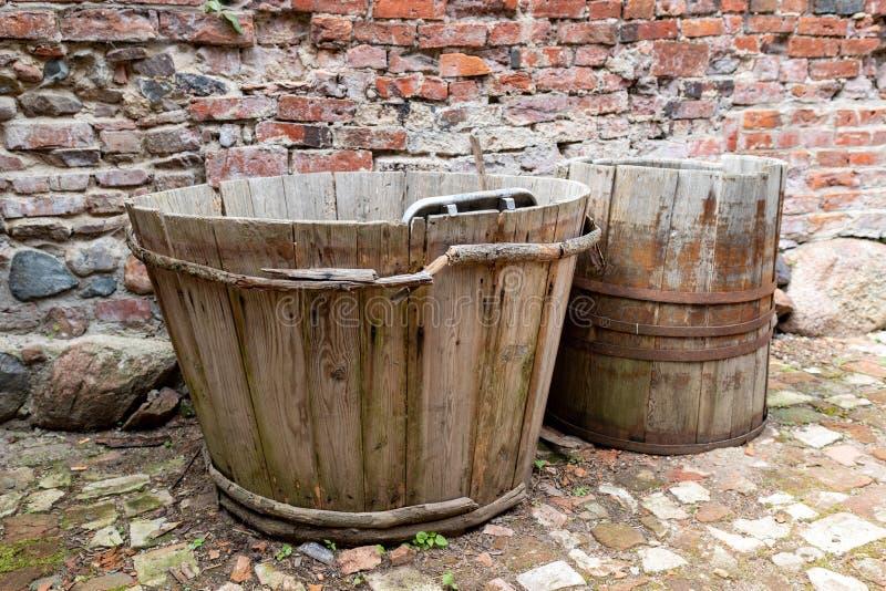 Деревянный ушат для моя нижнего белья Деревянная ванна для ежедневной пользы стоковые фото