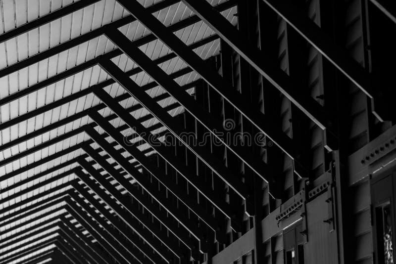 Деревянный фиксированный тент и стены здания в тайском стиле вдоль тротуара дома Черно-белая деревянная структура тента стоковое фото