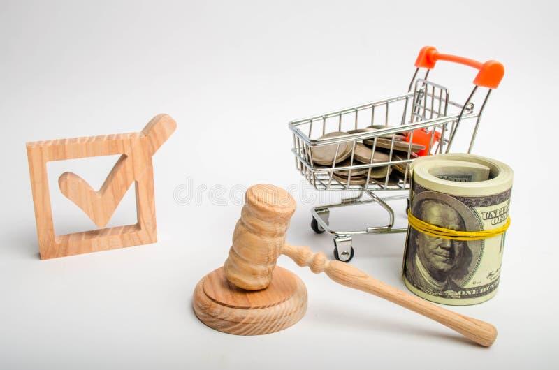 Деревянный флажок и вагонетка с монетками и молоток судьи Лоббировать интересов инвесторов и бизнес-групп, poli стоковые фото