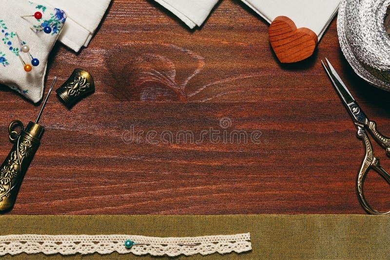 Деревянный фон с шить аксессуарами стоковая фотография