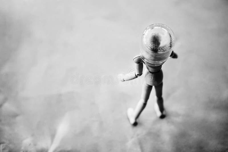 Деревянный человек на предпосылке с опарником стоковое фото