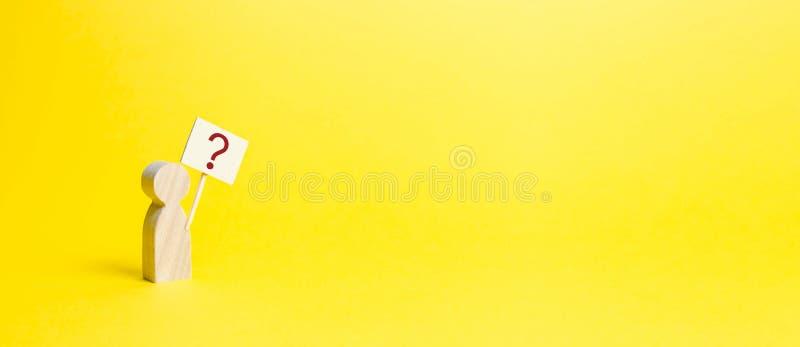 Деревянный человеческий figurine с вопросительным знаком minimalism Спрашивать вопрос, ищущ правды и требовать правде Любопытство стоковые фотографии rf