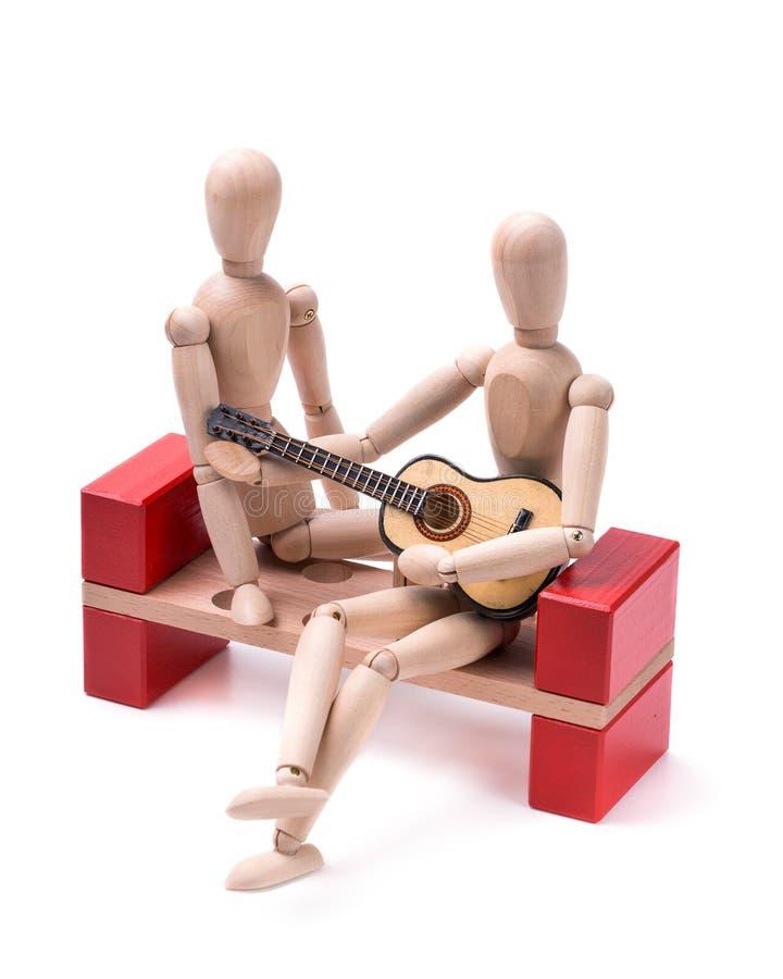 Деревянный человек играя гитару стоковые изображения