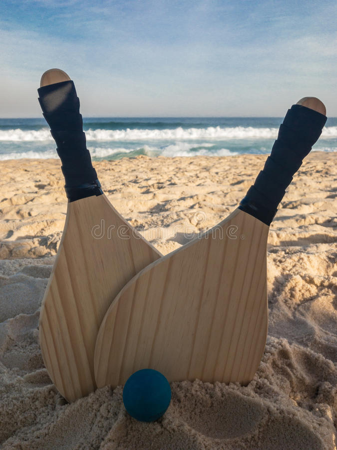 Деревянный шарик затвора пляжа стоковые фотографии rf