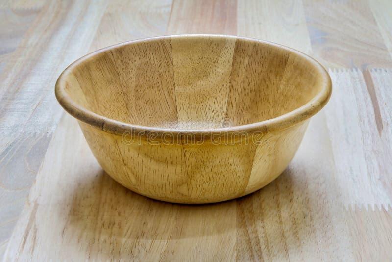 Деревянный шар изолированный на деревянном столе стоковые изображения rf