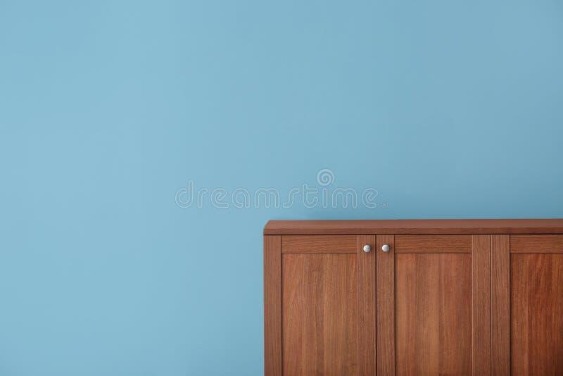 Деревянный шкаф около стены стоковые фотографии rf