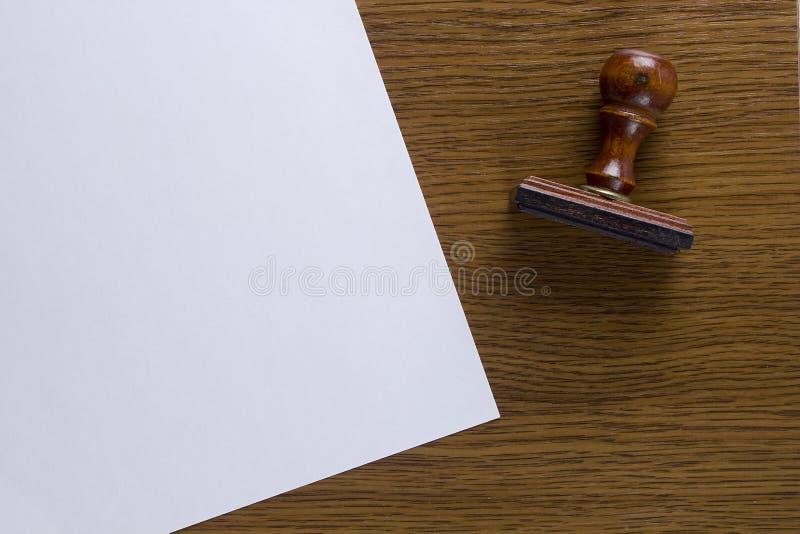 Деревянный штемпель и лист бумаги стоковое изображение rf