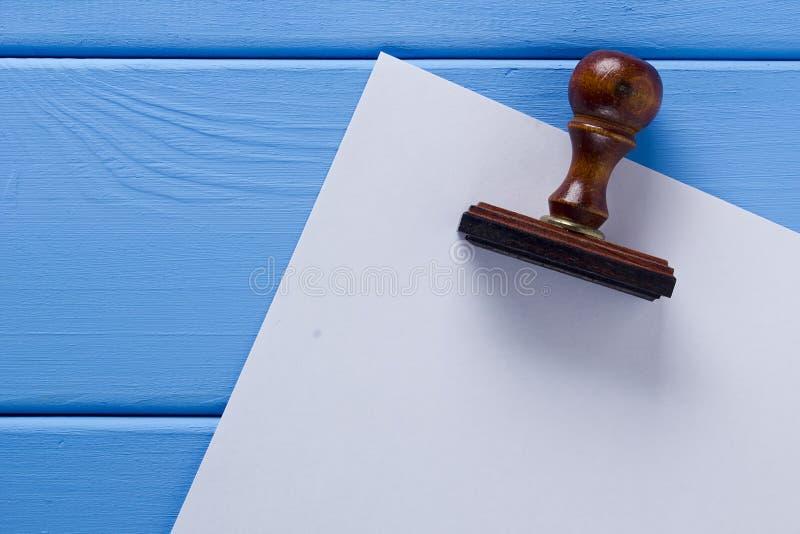 Деревянный штемпель и лист бумаги стоковая фотография
