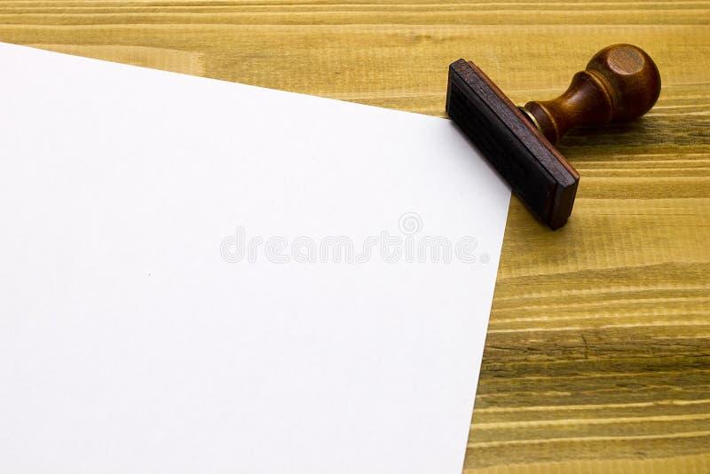 Деревянный штемпель и лист бумаги стоковое фото rf