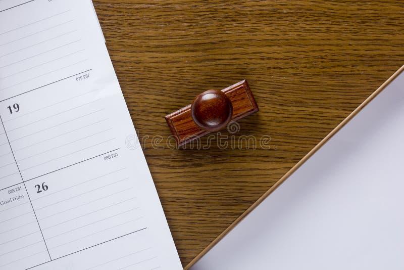 Деревянный штемпель и лист бумаги стоковое фото