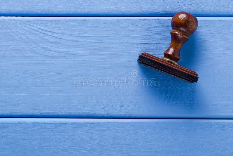 Деревянный штемпель на таблице стоковые фотографии rf