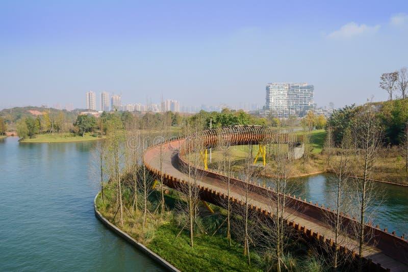 Деревянный footbridge в озере на солнечном полдне зимы стоковое фото