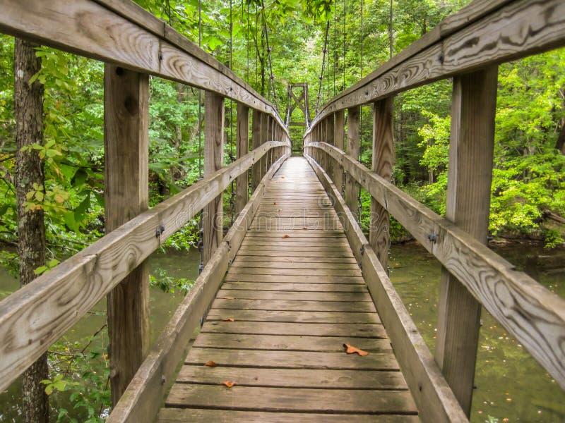Деревянный Footbridge над рекой стоковая фотография rf