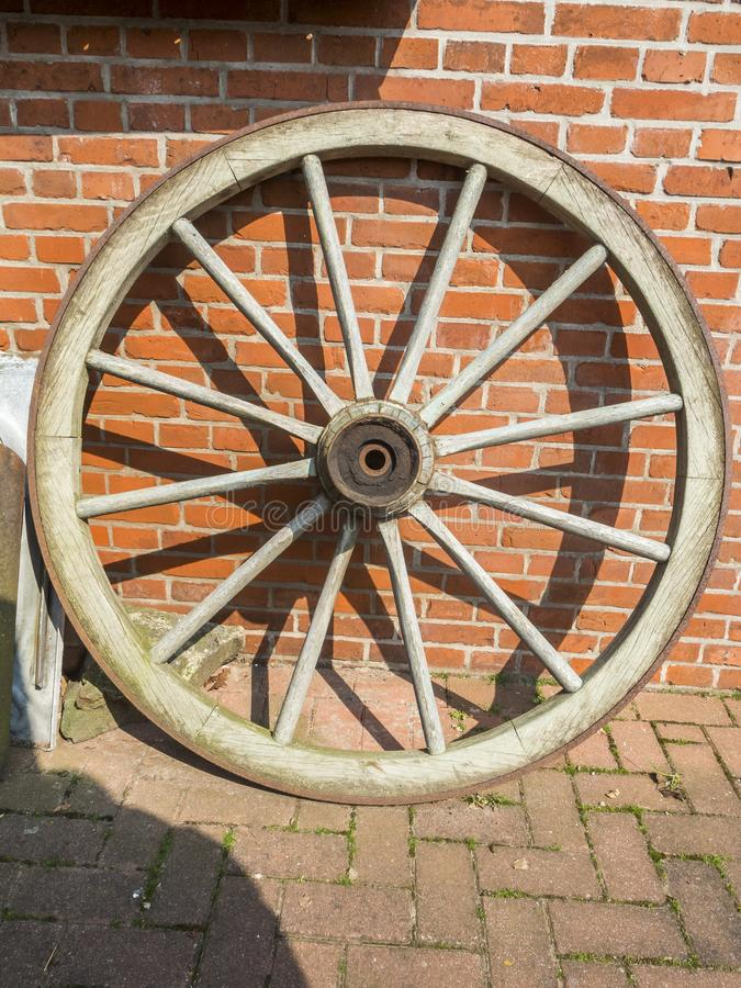 Деревянный st колеса кирпичная стена стоковые изображения