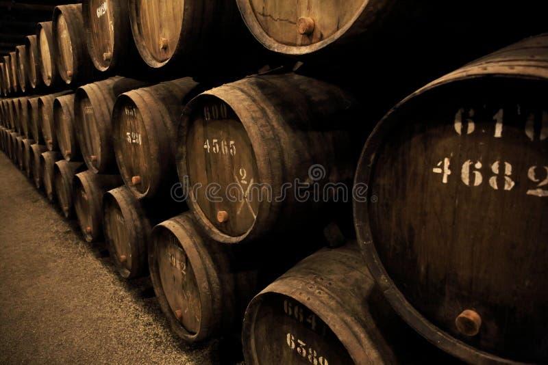 Деревянным вино владением бочонков укрепленное портом стоковые фотографии rf