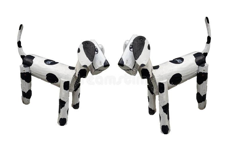 2 деревянных собаки стоя белы смешали черные цвета изолированные на белой предпосылке стоковое фото