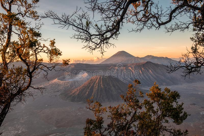 Держатель вулкана активное с рамкой дерева на восходе солнца стоковые изображения rf