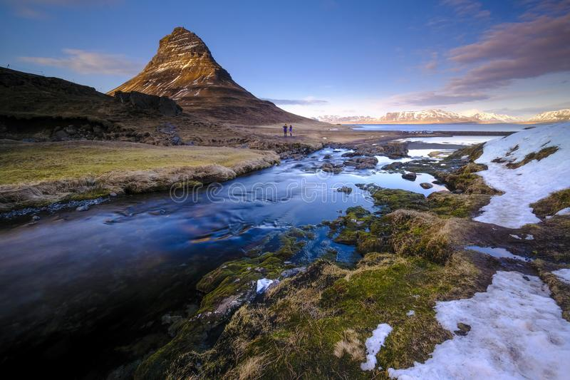 Держатель Kirkjufell в сезоне зимы стоковые изображения rf