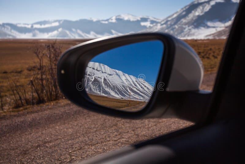 Держатель Vettore увиденное от зеркала автомобиля, Piangrande, Castelluccio di Norcia, Италия стоковое фото